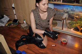 Girl-leather-gloves-boots-smoking